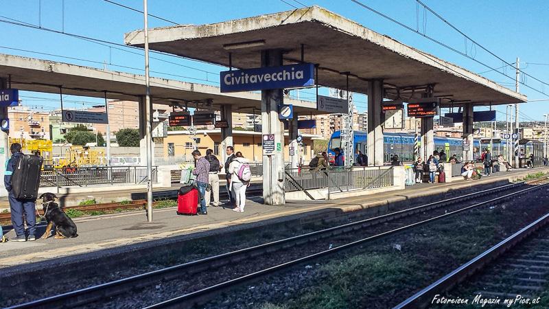 Reise mit dem Zug im italienischen Hafen Civitavecchia