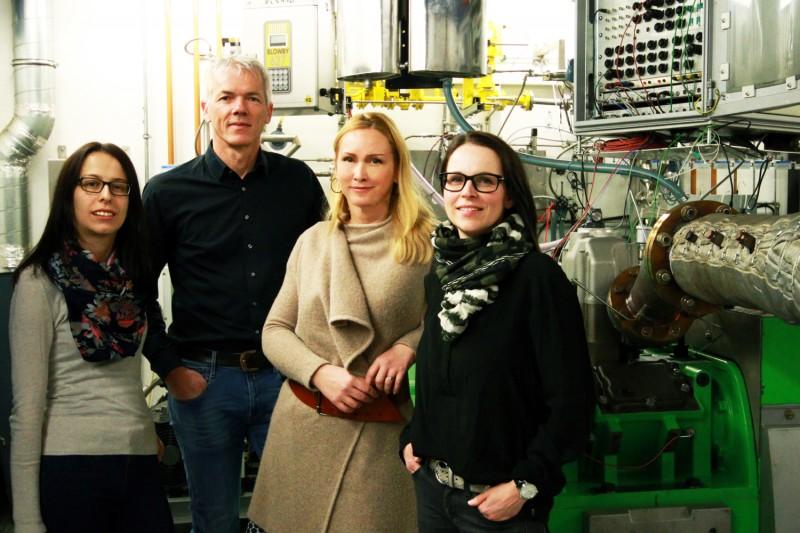 Foto: v.l. Doris Schadler (Research Engineer am LEC), Andreas Wimmer (LEC-Geschäftsführer), Nina Simon (Marketing LEC), Claudia Schubert-Zollinger (Maschinenbautechnikerin am LEC) Fotocredit: LEC GmbH