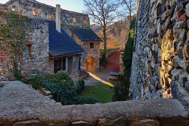 Der Burghof der Burgruine Gästing