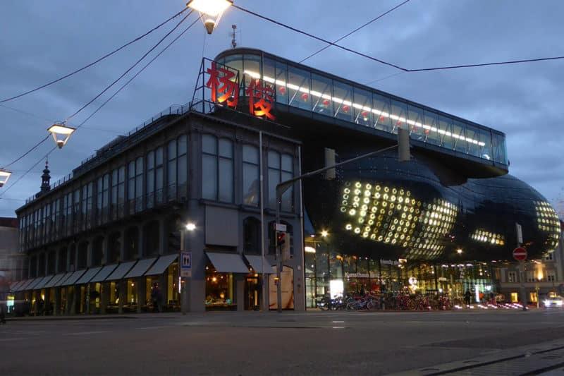 Das Grazer Kunsthaus am Abend