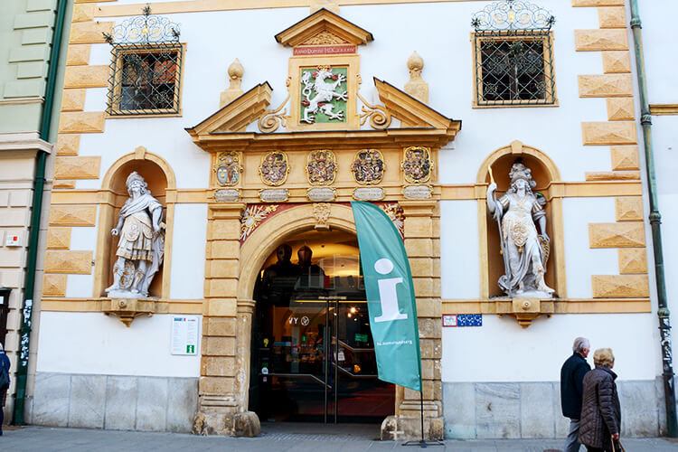 Der Eingang zum Landeszeughaus in der Grazer Herrengasse