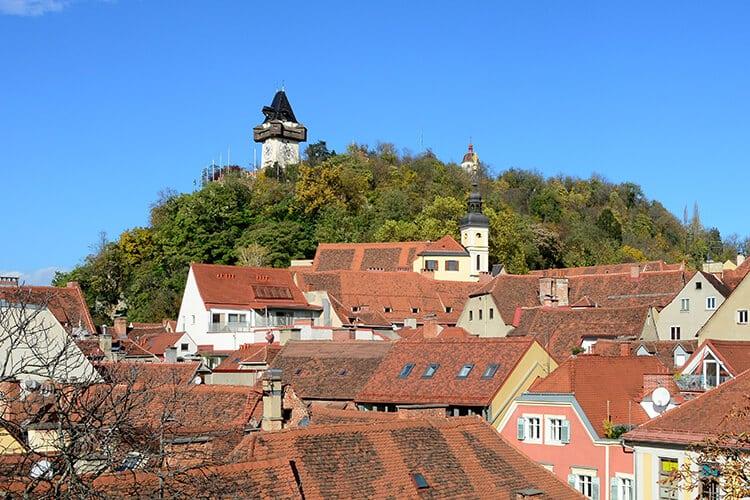Der Schloßberg - mit dem Uhrturm und der Spitze des Glockenturms