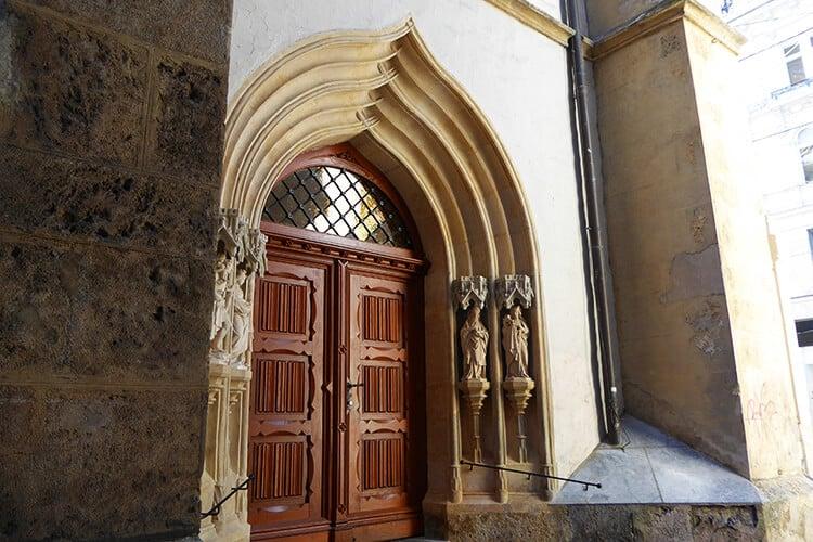 Das kunstvoll gestaltete Seitentor der Kirche