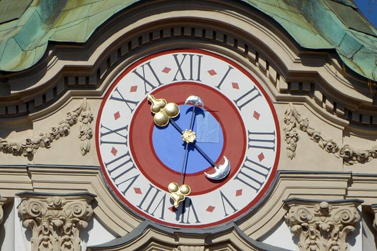Die Uhr auf der Kirchturmspitze ist weithin sichtbar