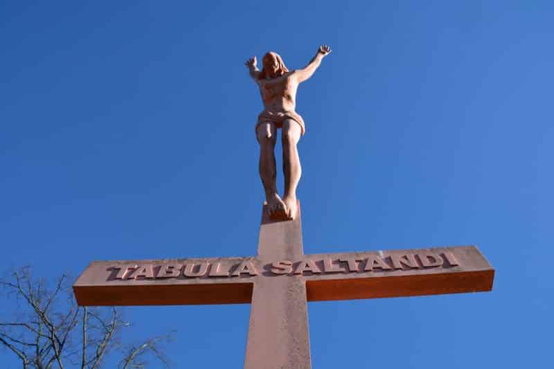 """Jesus springt vom Kreuz (""""Tabula Saltandi"""") eine Skulptur des Künstlers Werner Hofmeister am Fuße des Grazer Kalvarienbergs"""