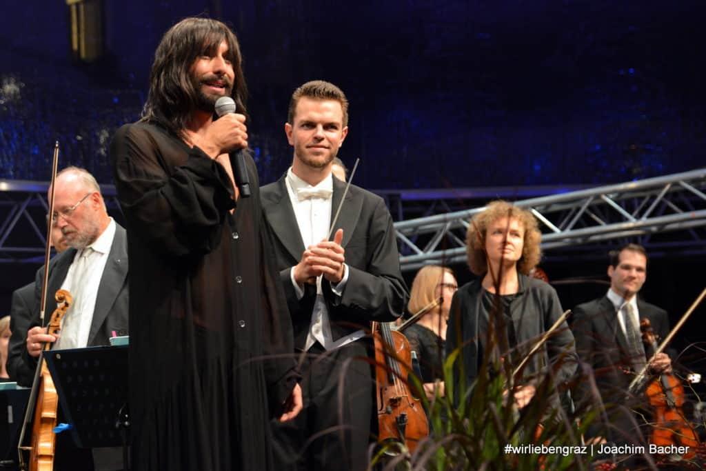 Die Grazer Philharmoniker unter der Leitung von Marcus Merkel und Special Guest Conchita im Jahr 2018