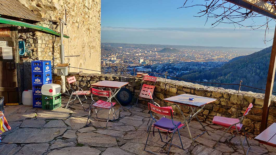 Der Terrasse der Burg-Taverne bei wunderbarem Herbstwetter.