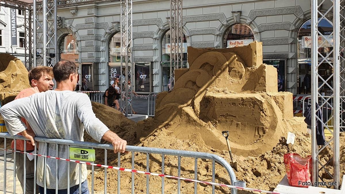 sandskulpturen-hauptplatz-graz-entstehen_7