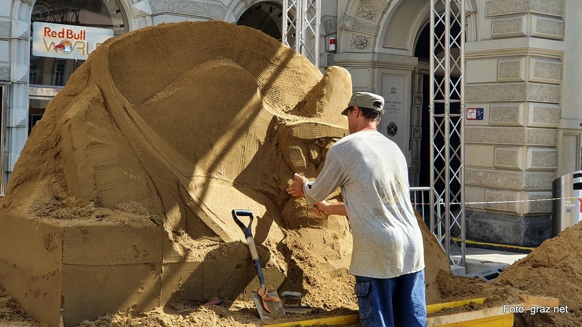 sandskulpturen-hauptplatz-graz-entstehen_8